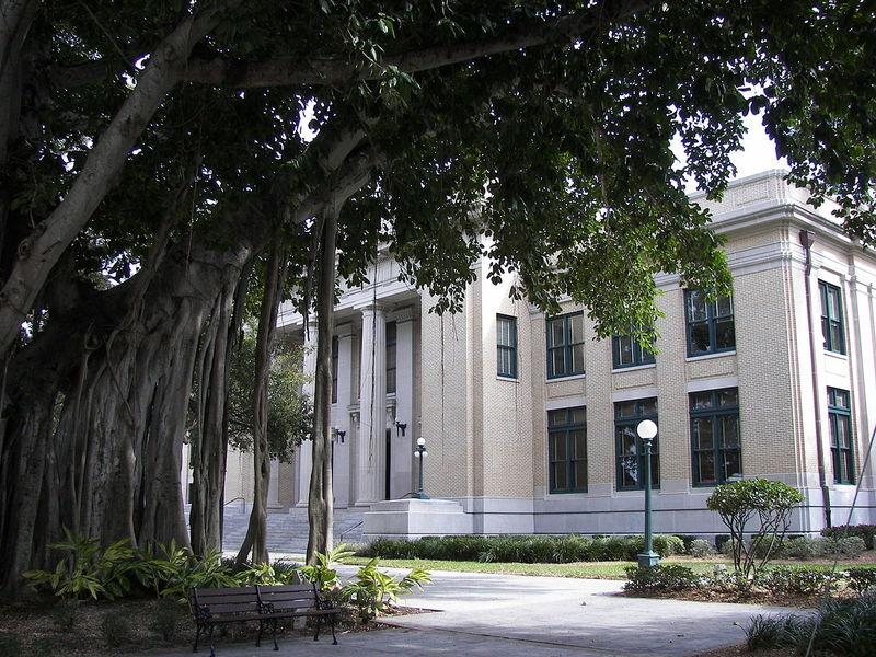 Old_Lee_County_Courthouse_banyan.jpg