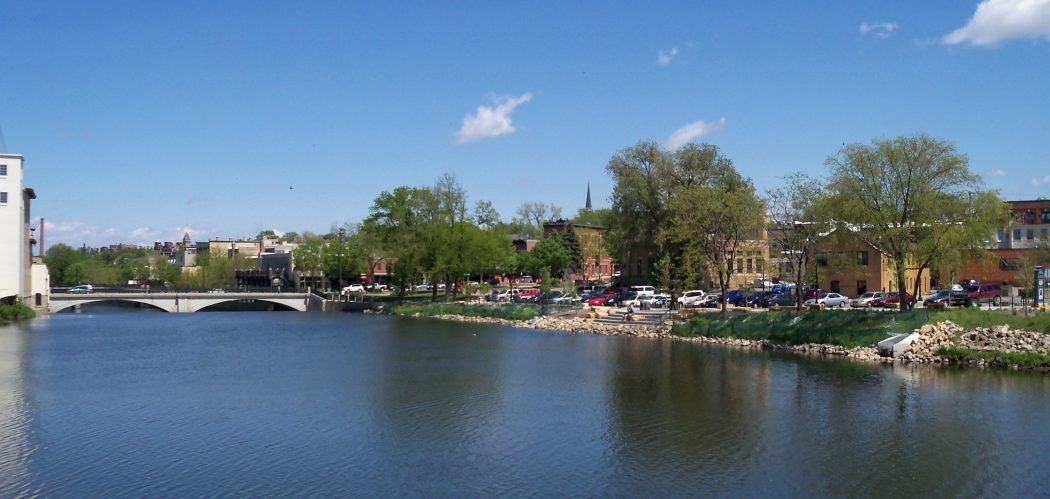 The Cannon River riverfront in Northfield, Minnesota. Photographer of Alexius Horatius (CC BY-SA 3.0 US).